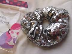 スパンコール銀シルバー髪飾りシュシュ新品ハロウィン仮装