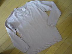 落ち着いたピンクVネックセーター