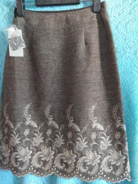 新品レディース61サイズ@aichakushiyoツイード裾刺繍スカート  < 女性ファッションの