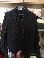 黒にドット柄長袖シャツ前ボタンオシャレ