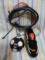 サッカーシューズ、ボールキーホルダー&ミサンガ