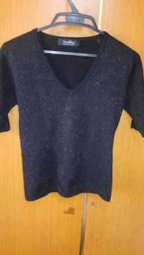 �B黒の五分袖のセーター
