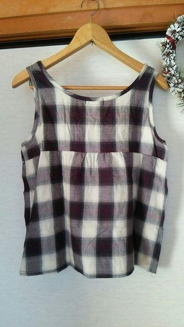 美品 チェックリボンつきギャザ−シャツ ノースリ−ブ ベストL < 女性ファッションの