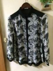 M☆GUグレー地に紺花柄 黒縁ブラウスシャツ