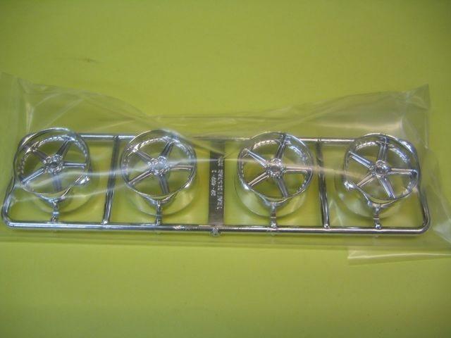 アオシマ 1/24 ザ・チューンドパーツ No.37 トラフィックスター RTS 20インチ 極タイヤ < ホビーの