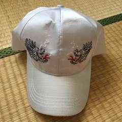 スカジャン風ドラゴン刺繍サテンキャップ。ホワイト