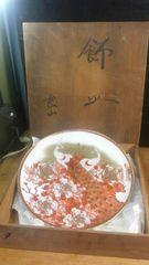 お見事。九谷良山の飾り皿。共箱。やや骨董。無傷。