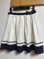 ★fuerte 白×ネイビーリボン付&フラワー刺繍入スカート  W64★