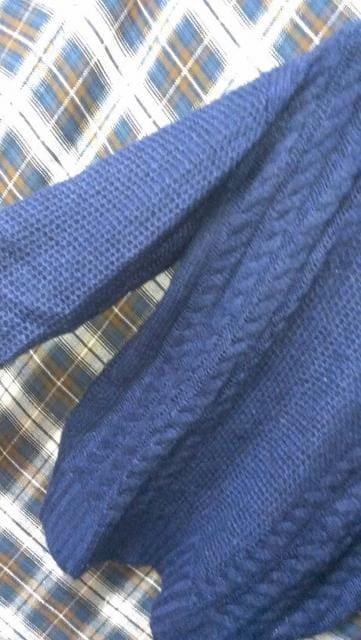 ブルー*ケーブルニット*大人気*au < 女性ファッションの